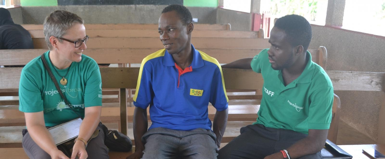 Personal y pasante de Microfinanzas en Ghana asesorando a emprendedor local.